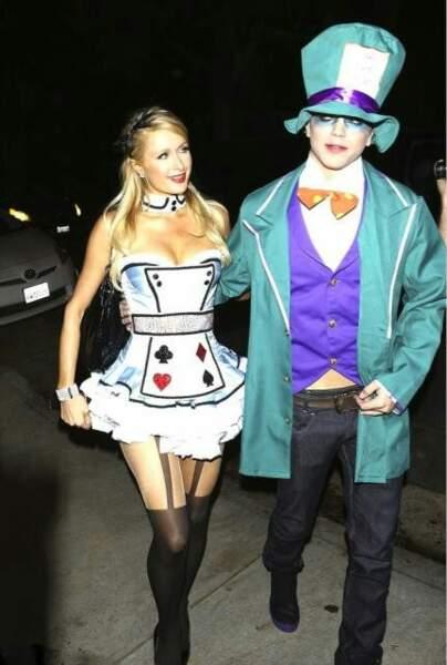 Paris Hilton fête Halloween en Alice aux pays des cauchemars...