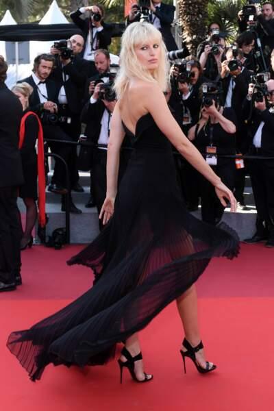 L'actrice et mannequin tchèque a opté pour une robe noire et légère ! On valide !
