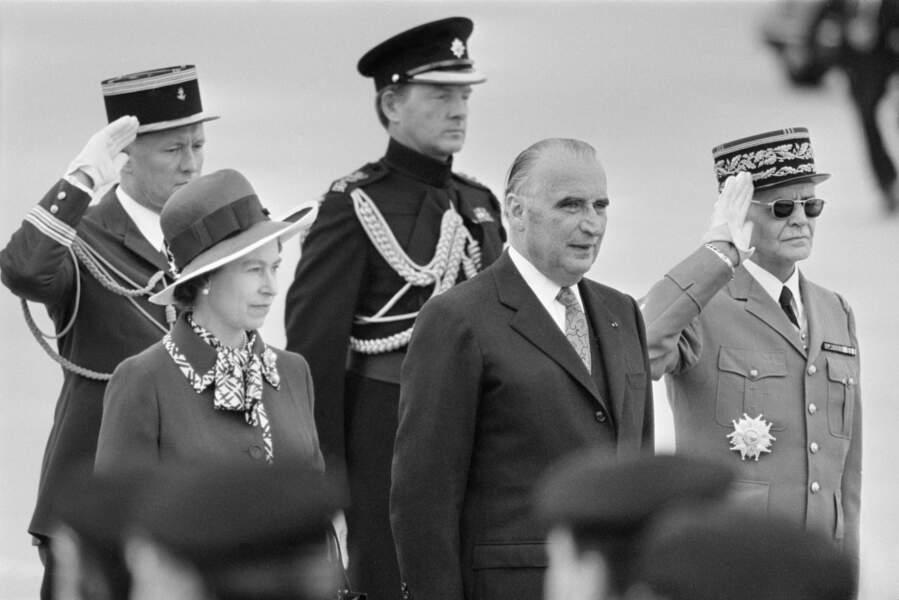 En mai 1972, Elisabeth II est accueillie par Georges Pompidou sur le tarmac d'Orly