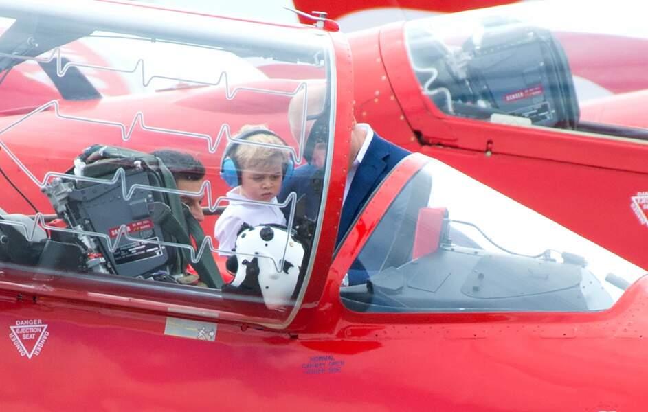 Baby George est aux commandes d'un BAe Hawk, l'avion de la patrouille