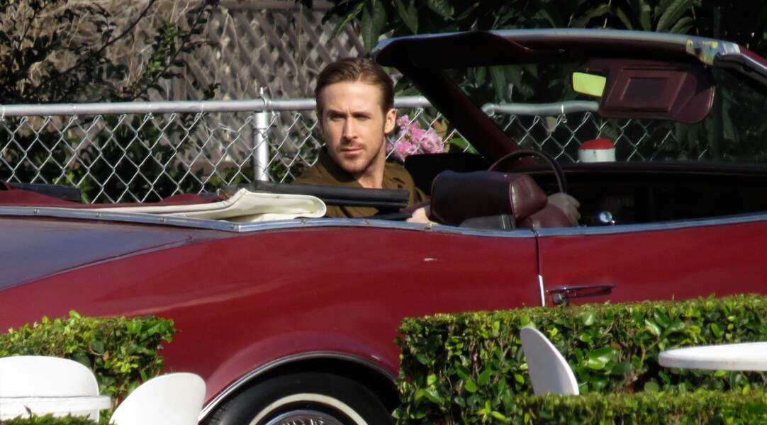 Oui, c'est bien Ryan Gosling (au volant d'un beau bolide) !