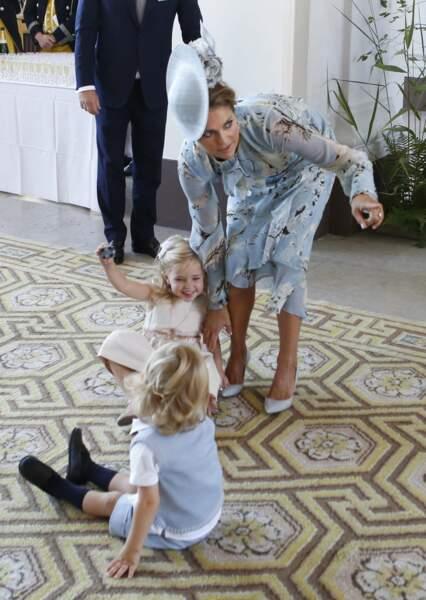 La princesse Leonore et le prince Nicolas n'ont que faire du protocole ! Ils ont trouvé un super terrain de jeu.