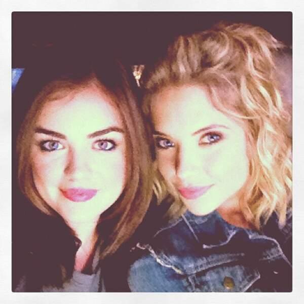 Là, elle pose avec Ashley Benson, l'autre star du show.