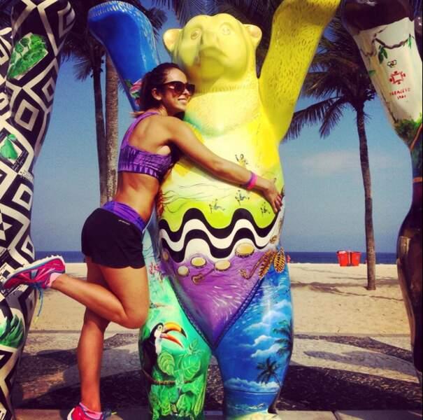 Son compte Twitter regorge de clichés sexy de la belle et de ses aventures au Brésil !