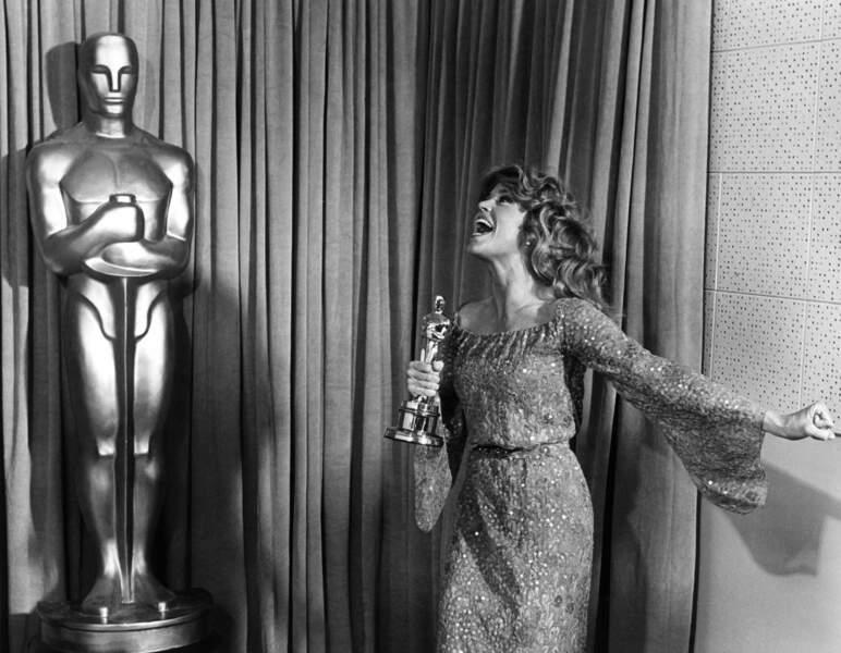 Jane Fonda reçoit l'Oscar de la meilleure actrice pour le film Le Retour en 1979 ! Un bonheur pour la comédienne