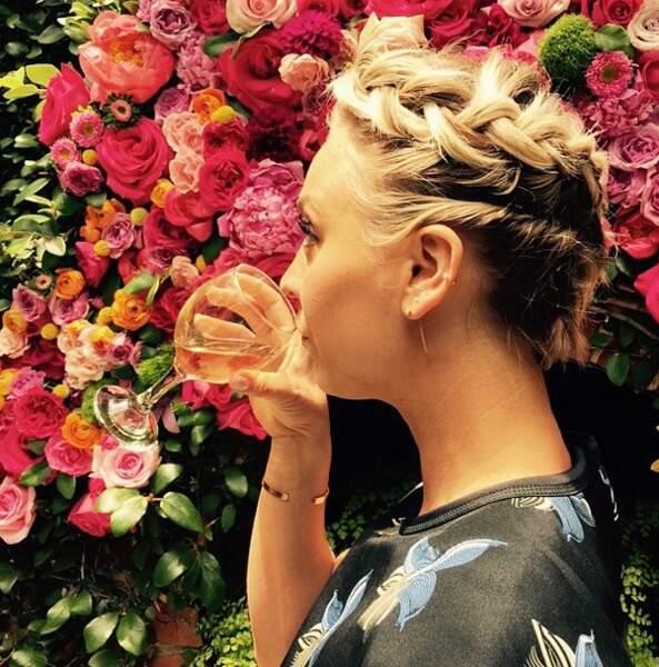 Jusqu'à la révélation devant un rosier en fleur