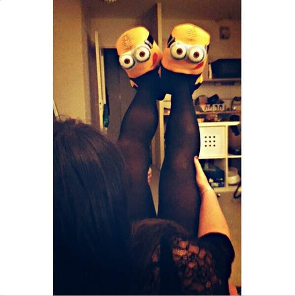 A qui appartiennent ces chaussons Minions ? A Laury Thilleman