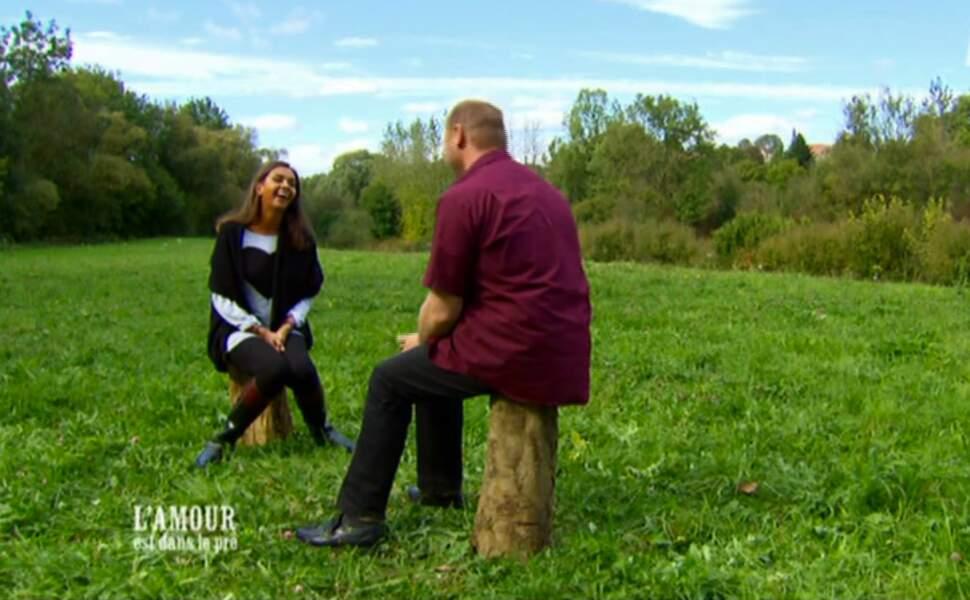 Karine aime son confort pour les interviews. Un bout de bois sur lequel on peut poser une fesse fait l'affaire.