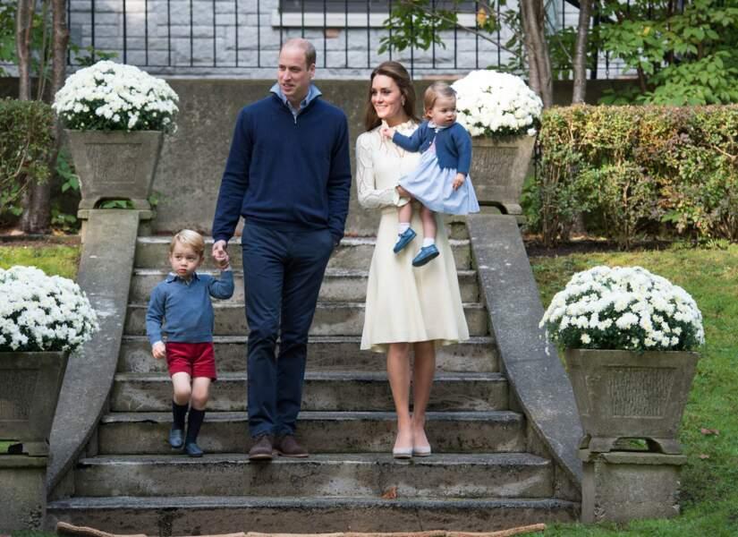 Le couple arrive sur la pelouse du palais d'état où était organisé un goûter