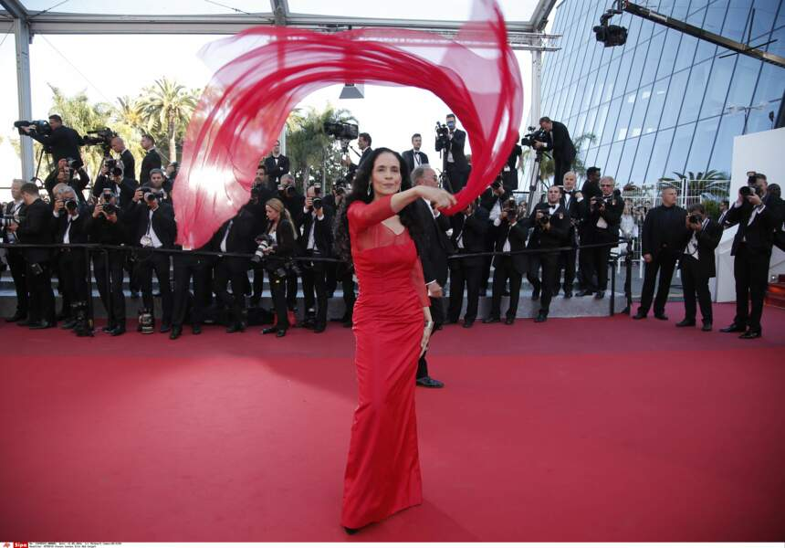 L'actrice brésilienne Sonia Braga a joué avec son foulard