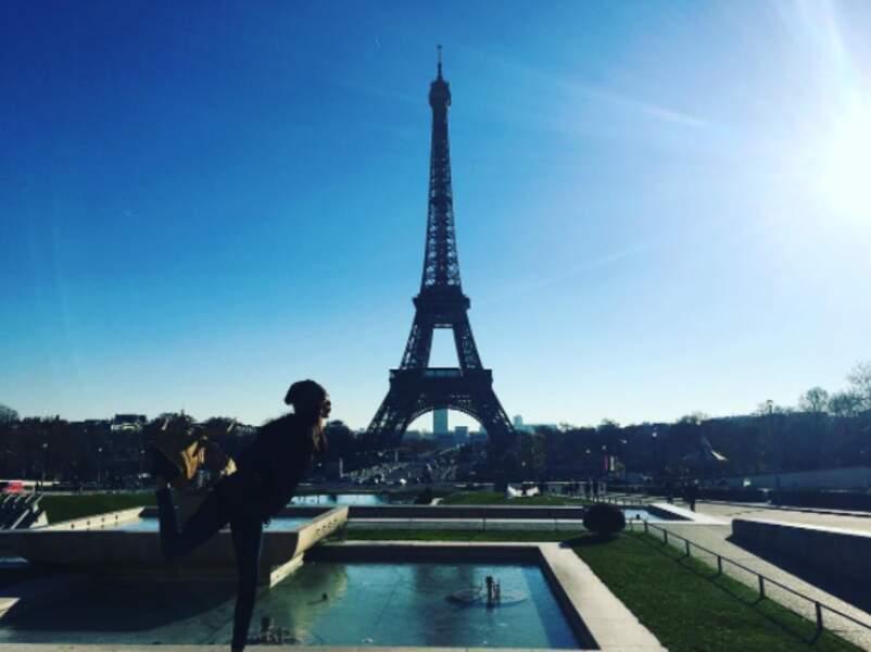 Lais Ribeiro a fait un gros bisou à la Tour Eiffel.