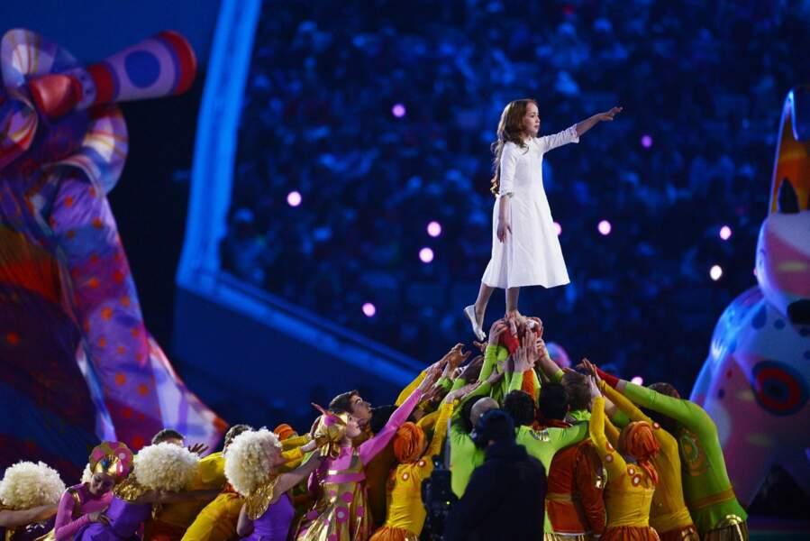 Cette fillette avait le don de passer au-dessus des symboles de la Russie.. TROP LA CLASSE