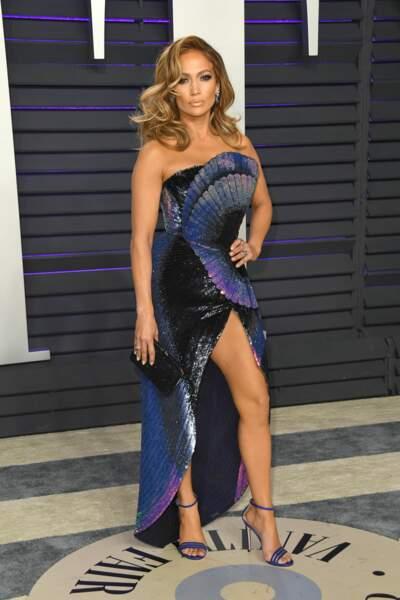 Telle une chrysalide, Jennifer Lopez se dévoile dans une magnifique robe Tom Ford à la soirée Vanity Fair.