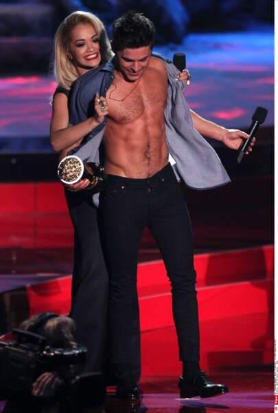 Rita Ora adore arracher sa chemise à Zac Efron