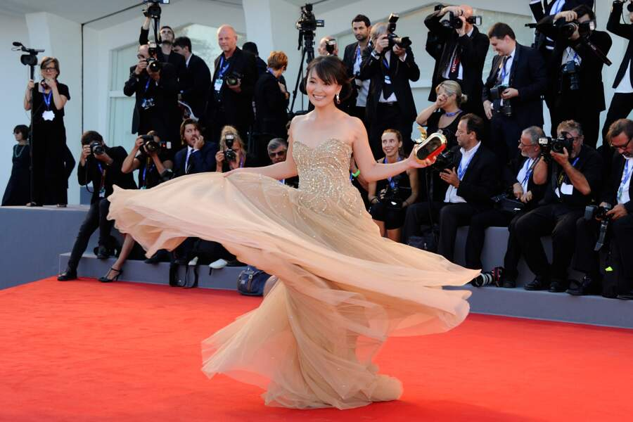 """Puis un festival de robes """"originales""""... Ca flotte pour l'actrice Liang Jing Ke"""