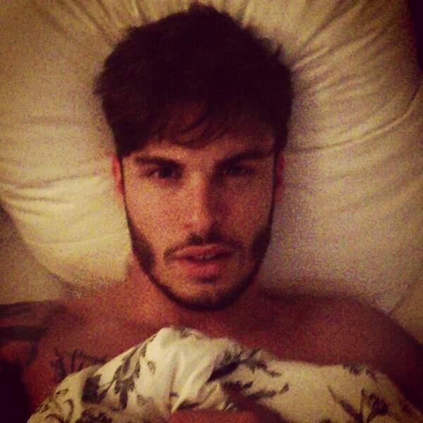 Coucou Baptiste Giabiconi dans son lit !