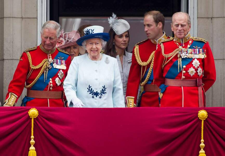 Elisabeth II entourée des hommes de la famille. Sympa le photobombing Kate !