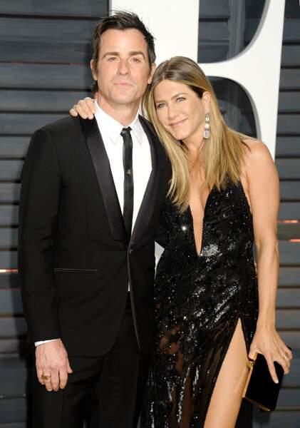Jennifer Aniston : oui on a compris, il est a toi le beau Justin Theroux, pas la peine de t'agripper !