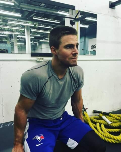 Stephen Amell a délaissé le masque d'Arrow pour un été sportif