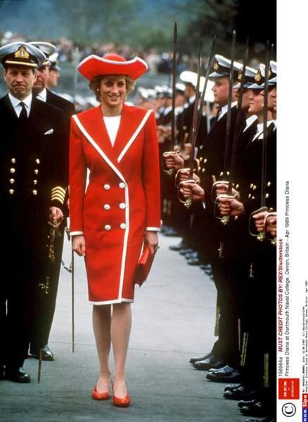 En visite au Britannia Royal Naval College dans un uniforme très original