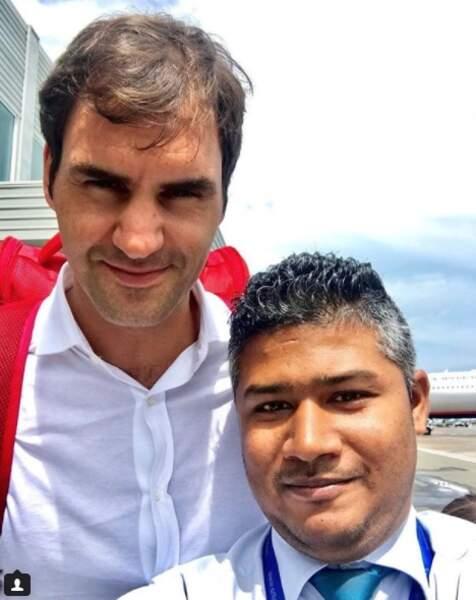 L'avantage de travailler à l'aéroport des Maldives est que l'on croise du beau monde : Roger Federer....