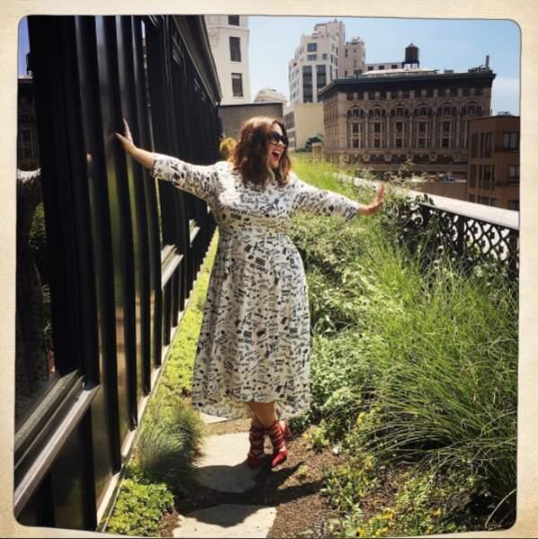 Quelque soit la cause, elle reste enthousiaste et le montre sur les toits de NYC !