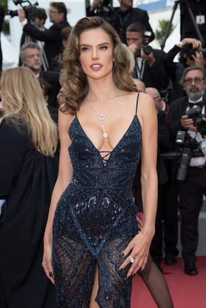 Décolleté XXL pour Alessandra Ambrosio, une habituée du tapis rouge