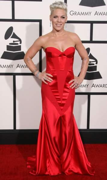 Pink avait opté pour une longue robe rouge