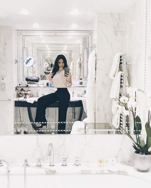 Et Sananas a posé de manière totalement naturelle dans une salle de bain.