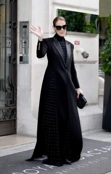 Pour aller à l'Opéra Garnier le 13 juin dernier, la chanteuse avait opté pour un long manteau noir