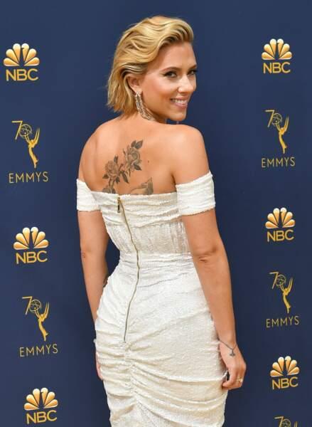 Scarlett Johansson a dévoilé son magnifique tatouage lors des Emmy Awards
