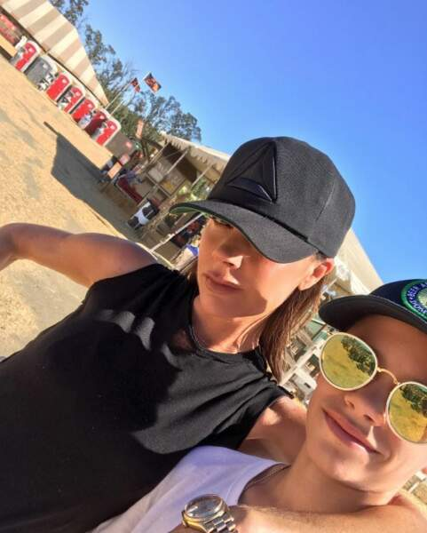 Aux côtés de son fils Romeo, Victoria Beckham est à deux doigts de faire un sourire.