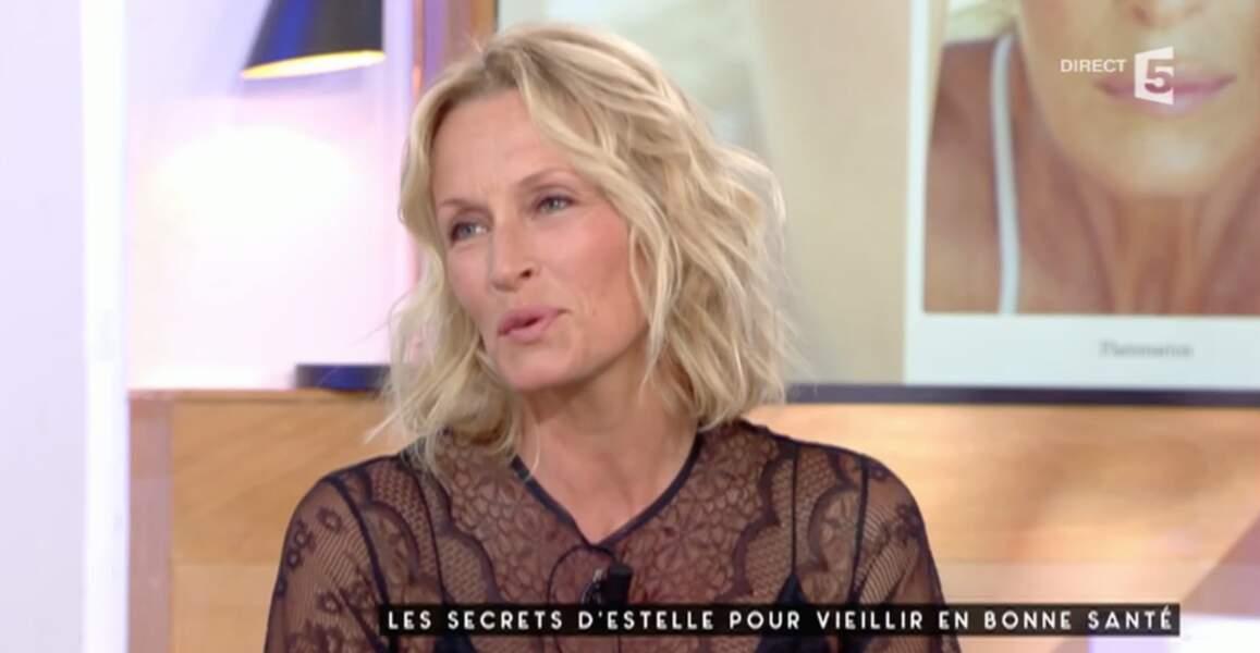 Peut-être préférez-vous le top transparent d'Estelle Lefébure ?