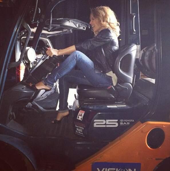 Pendant ce temps-là, Kylie Minogue s'éclate sur une grosse machine !