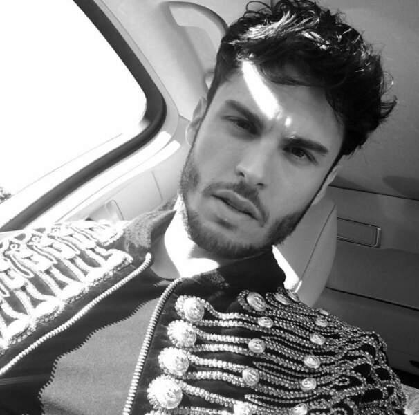 Baptiste Giabiconi a mis sa plus belle veste pour la montée des marches
