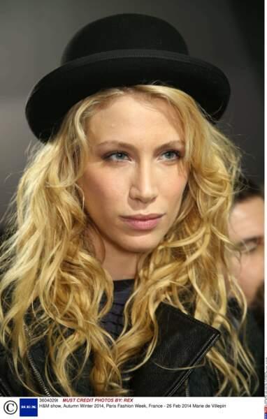 Regard mutin et chapeau melon à la Fashion Week de Paris en 2014
