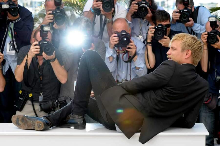 Jérémy Rénier veut bien prendre la pose, mais alors allongé, tranquilou. Comme on le comprend...