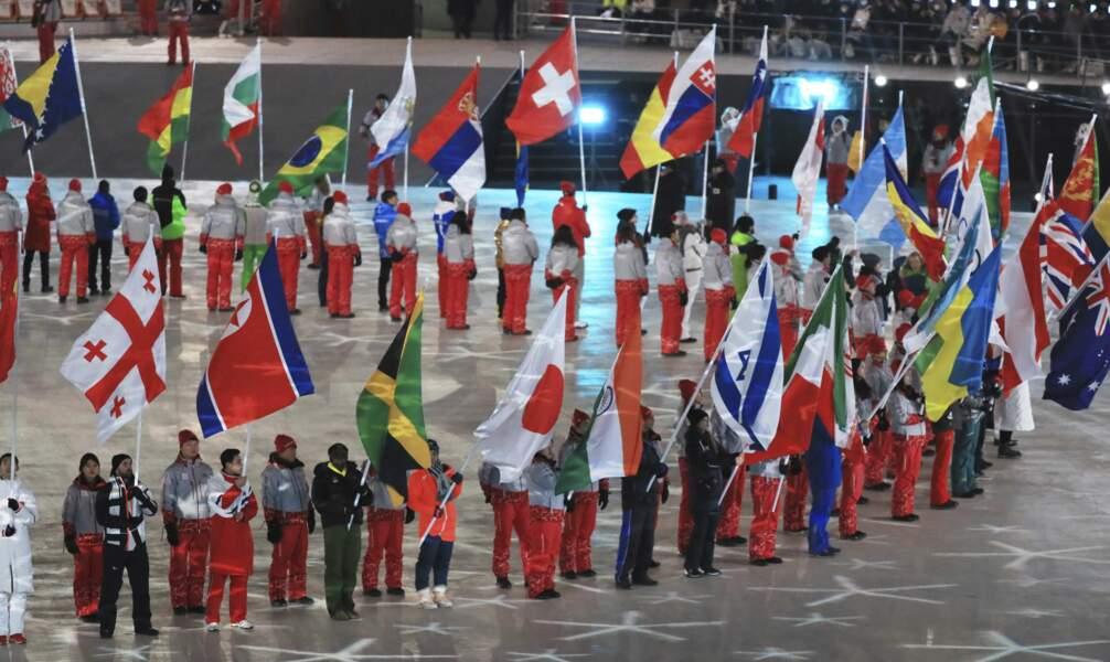 Les athlètes de chaque pays ont défilé dans le stade olympique