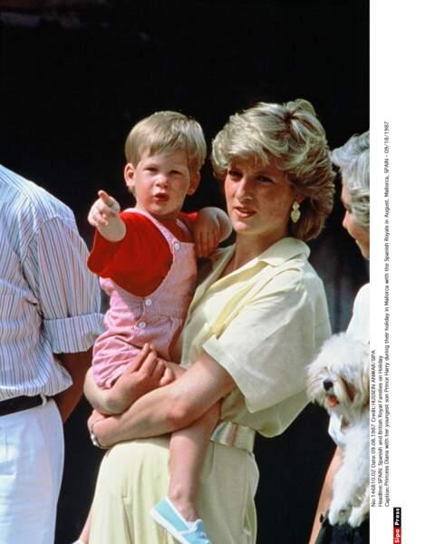 Harry dans les bras de sa Maman lors de vacances estivales à Majorque