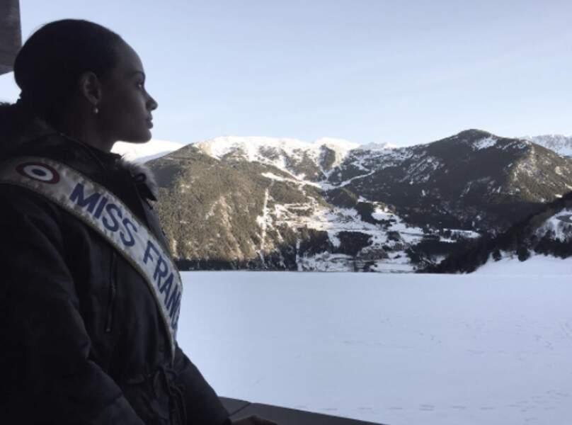 La Miss semble émerveillée par le paysage qui l'entoure.