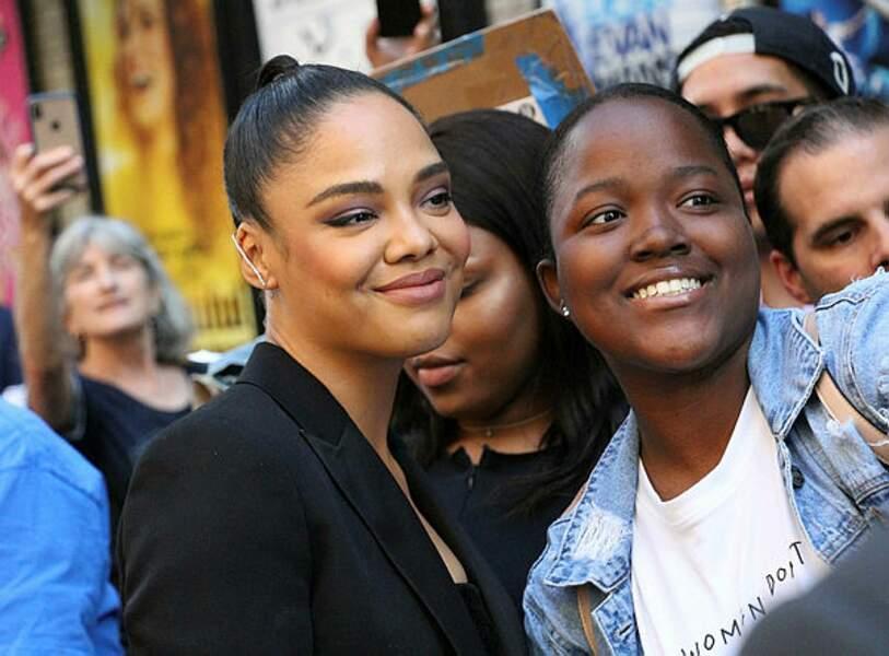 Tessa Thompson pose avec les fans