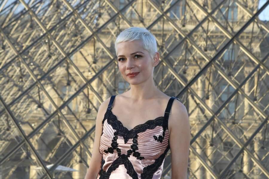 La belle Michelle Williams montre son meilleur profil, avec pour décor la Pyramide du Louvre... Très classe !