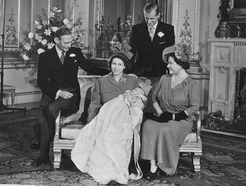 Le roi George VI, la princesse Elisabeth, le prince Philip et la reine Elisabeth entourent Charles baptisé en 1948