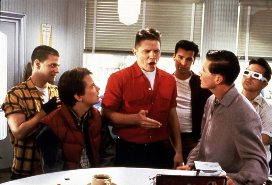 Thomas F Wilson (au milieu) est Biff Tannen