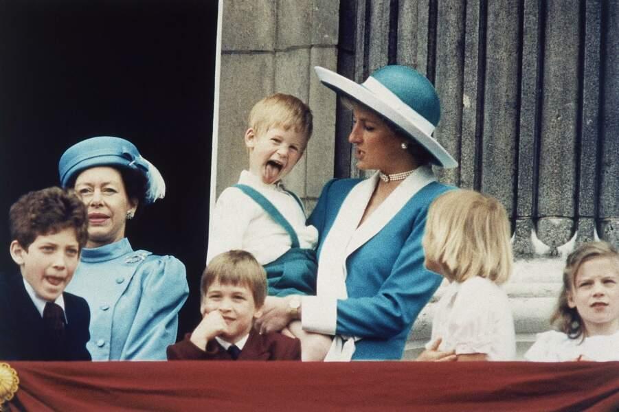 L'espiègle Harry amuse la galerie sur le royal balcon pendant Trooping the colour, il a 4 ans