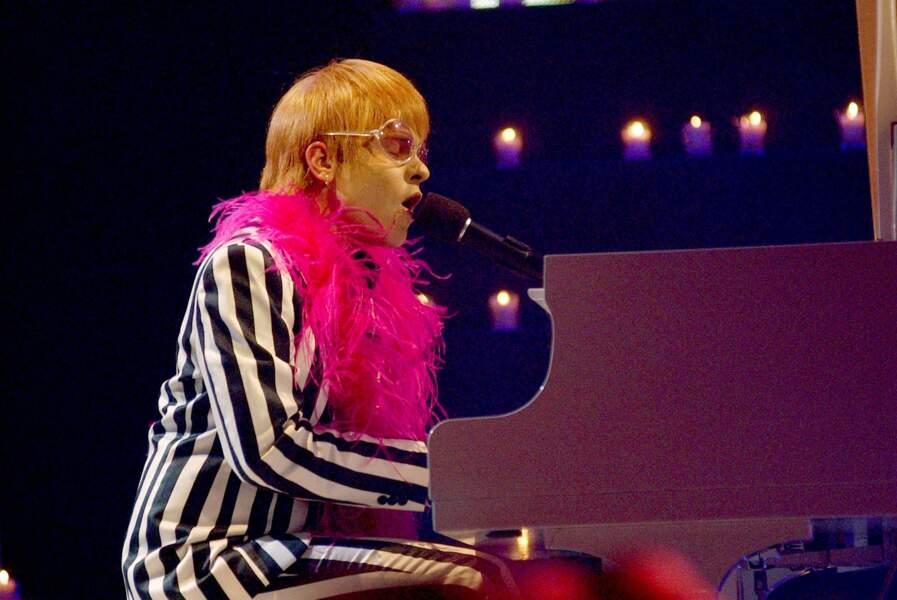 En août 2003, en concert à Hollywood en Californie… avec un boa !
