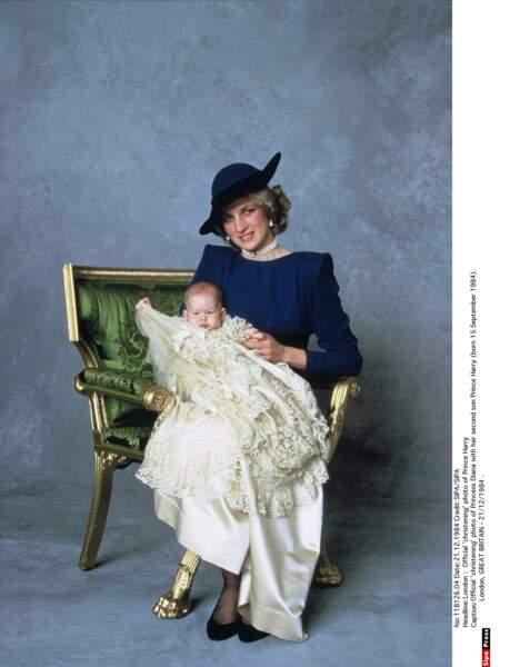 Diana fière de présenter Harry le jour de son baptême le 21 décembre 1984
