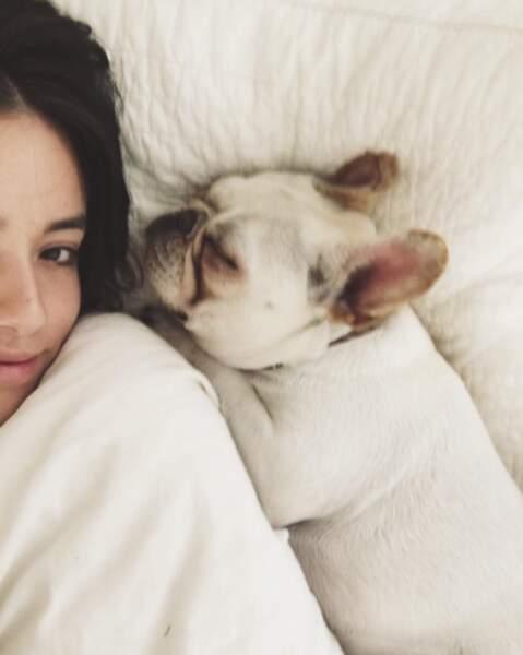 Ou dans le lit avec le chien, à l'aise !