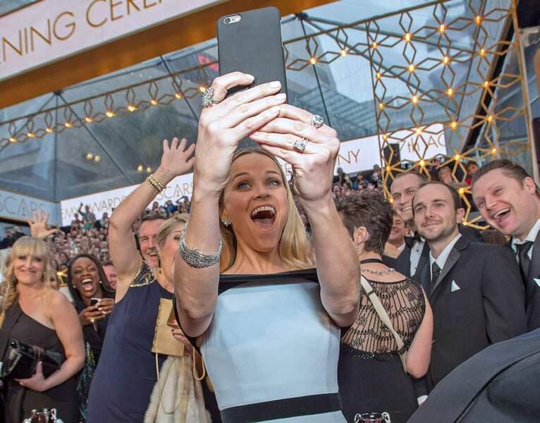 Reese Witherspoon a décidé de ratisser large avec ce selfie aux Oscars...
