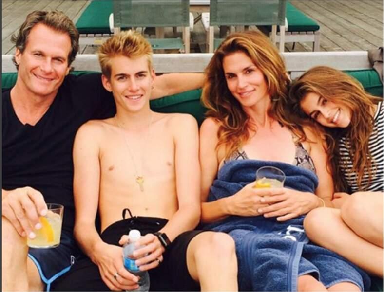 Cindy Crawford, entourée de son mari et de ses enfants.